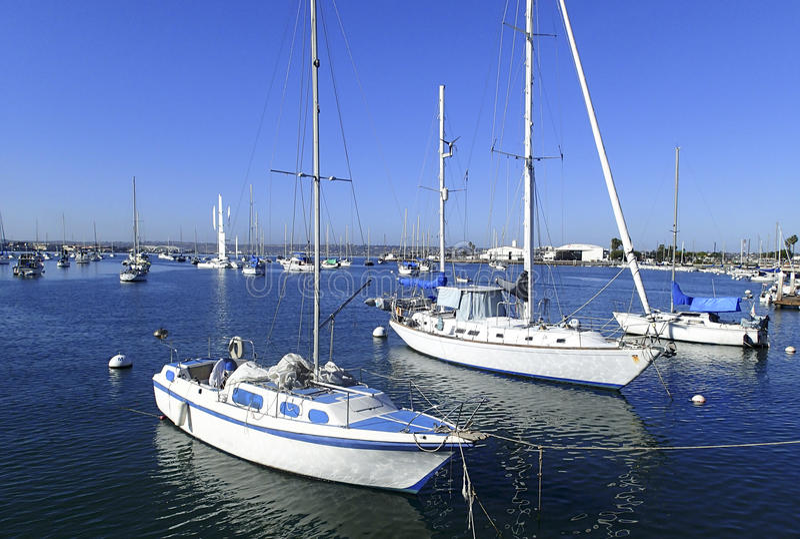 在圣地亚哥小游艇船坞停泊的风船 免版税库存图片