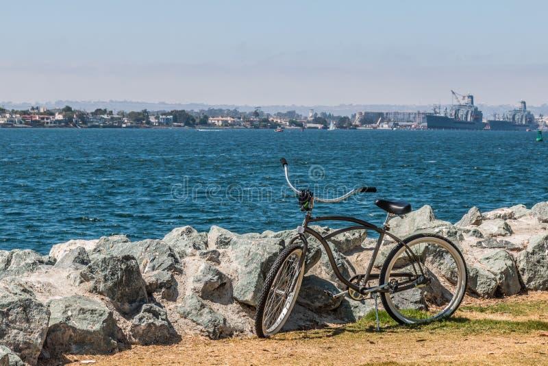 在圣地亚哥海湾前面的自行车与科罗纳多 免版税库存照片