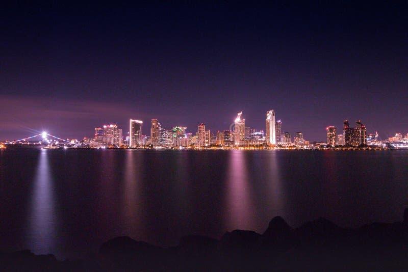 在圣地亚哥海湾的城市光 免版税库存图片