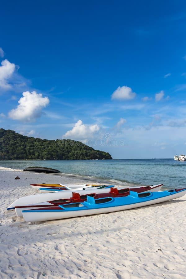 在圣地海滩的两艘空的皮船在富国岛,越南 库存图片