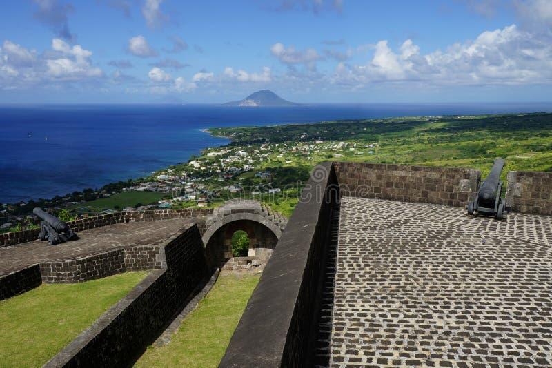 在圣基茨希尔和圣尤斯特歇斯海岛的一个看法有硫磺小山在前景的堡垒设防的在一明亮晴朗 库存图片