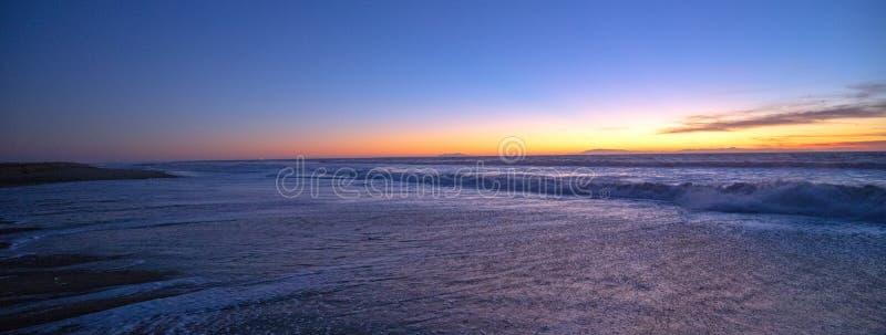 在圣塔克拉拉河潮汐流出的日落向麦克格雷斯国家公园的太平洋在维特纳-美国的加利福尼亚海岸的 免版税库存图片