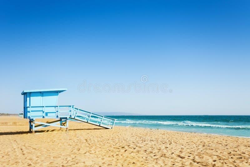 在圣塔蒙尼卡一个沙滩的救生员塔  免版税库存照片