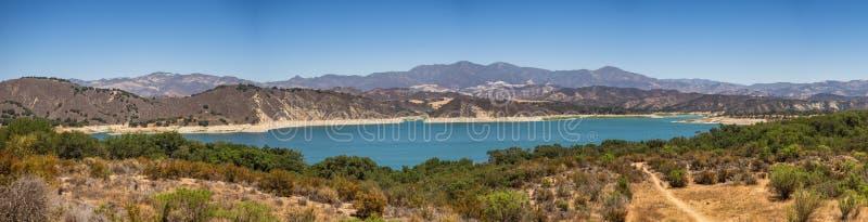 在圣塔巴巴拉附近的湖Cachuma 免版税库存图片