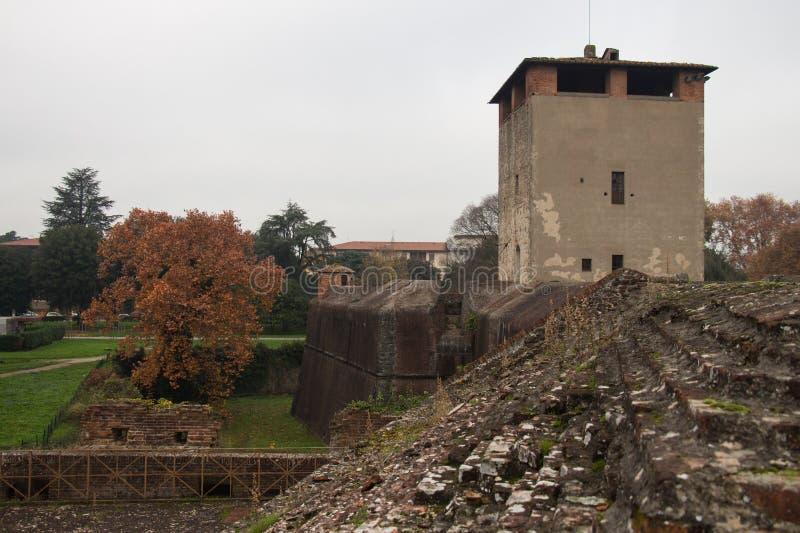 在圣塔巴巴拉Medici堡垒中世纪塔的看法  皮斯托亚 托斯卡纳 意大利 免版税库存图片