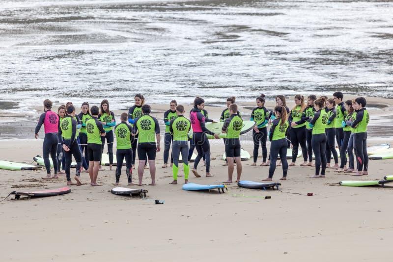 在圣塞瓦斯蒂安,西班牙冲浪在海滩的学校教训 免版税库存图片