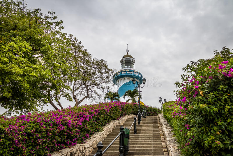 在圣安娜小山楼梯顶部-瓜亚基尔,厄瓜多尔444个台阶的灯塔  免版税图库摄影