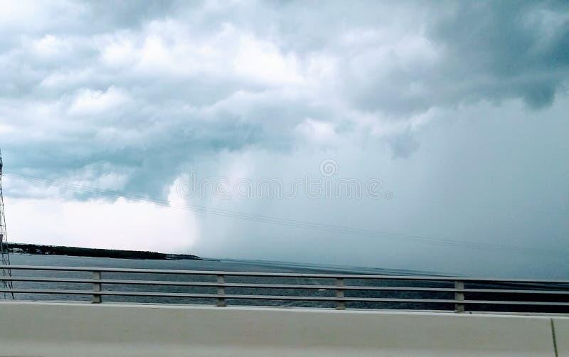 在圣安德鲁斯海湾的雨 库存照片