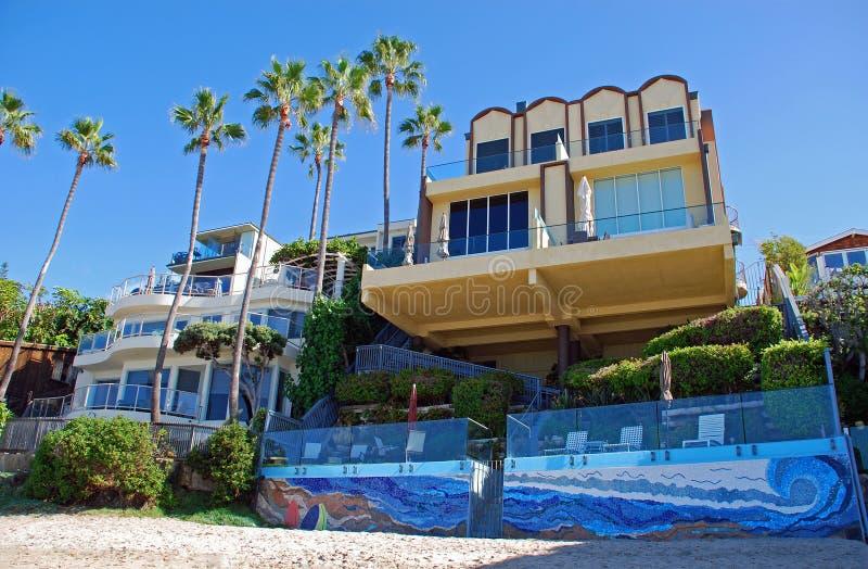 在圣安斯海滩,拉古纳海滩,加利福尼亚附近使前面家靠岸 库存照片