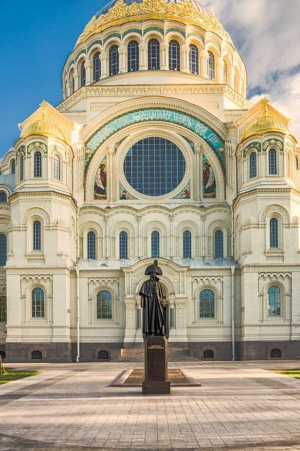 在圣尼古拉前面海军大教堂的纪念碑海军海军上将费奥多・乌沙科夫在Kronstadt,俄罗斯 库存照片