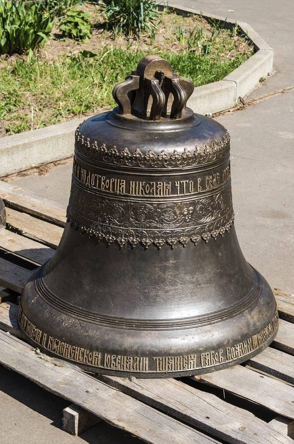 在圣尼古拉斯东正教的疆土的两响铃,准备为钟楼的设施 免版税图库摄影