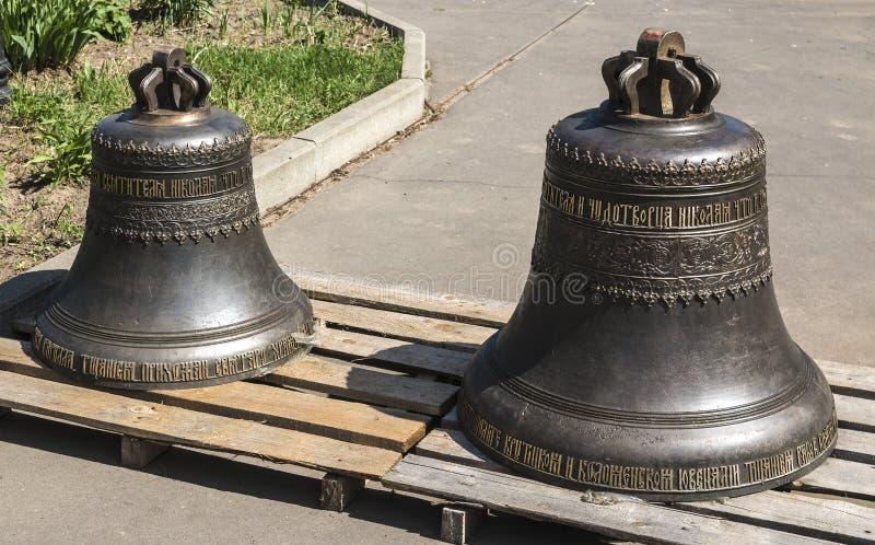 在圣尼古拉斯东正教的疆土的两响铃,准备为钟楼的设施 免版税库存照片
