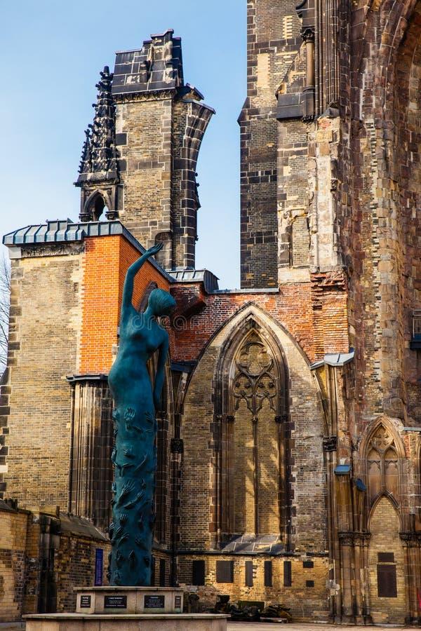 在圣尼古拉斯教会的地球天使雕塑在汉堡 库存图片