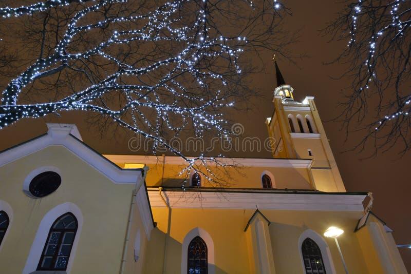 在圣尼古拉斯教会附近的圣诞灯 塔林 爱沙尼亚 库存照片