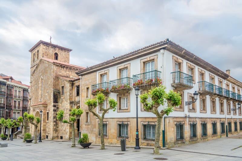 在圣尼古拉斯del巴里教会的看法与修道院大厦的在奥维耶多-西班牙 库存图片