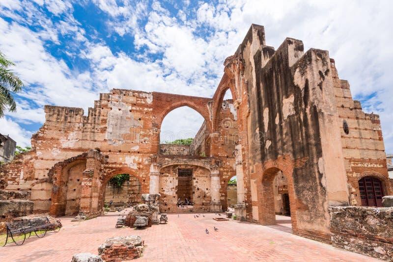 在圣巴里,圣多明哥,多米尼加共和国尼古拉斯医院的废墟的看法  复制文本的空间 免版税库存照片