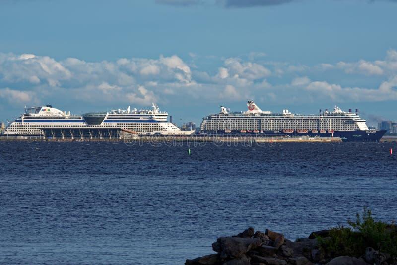 在圣彼得堡,俄罗斯乘客港的巡航划线员  免版税库存照片