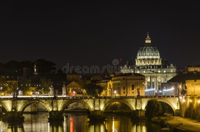在圣彼得大教堂的夜视图在梵蒂冈 免版税库存图片