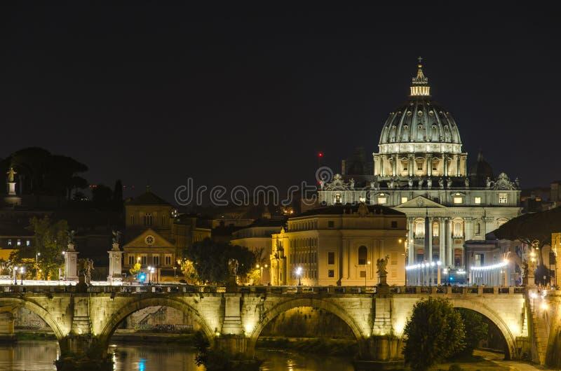 在圣彼得大教堂的夜视图在梵蒂冈 库存照片