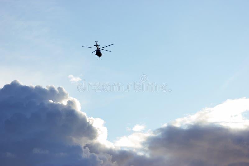 在圣彼德堡天空的直升机  免版税库存图片