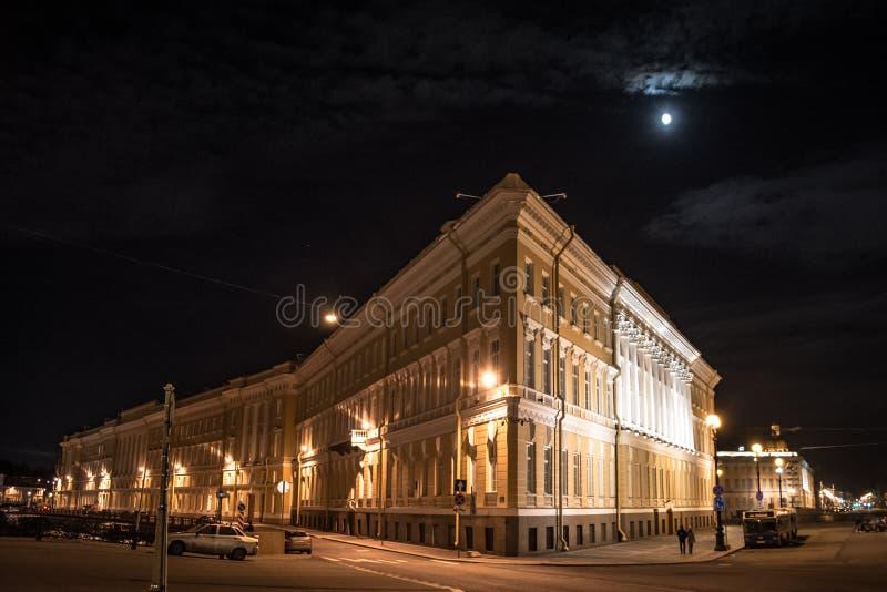 在圣彼德堡宫殿正方形的美丽的大厦  免版税库存图片
