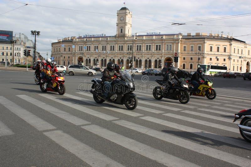在圣彼德堡街道上的骑自行车的人  库存图片