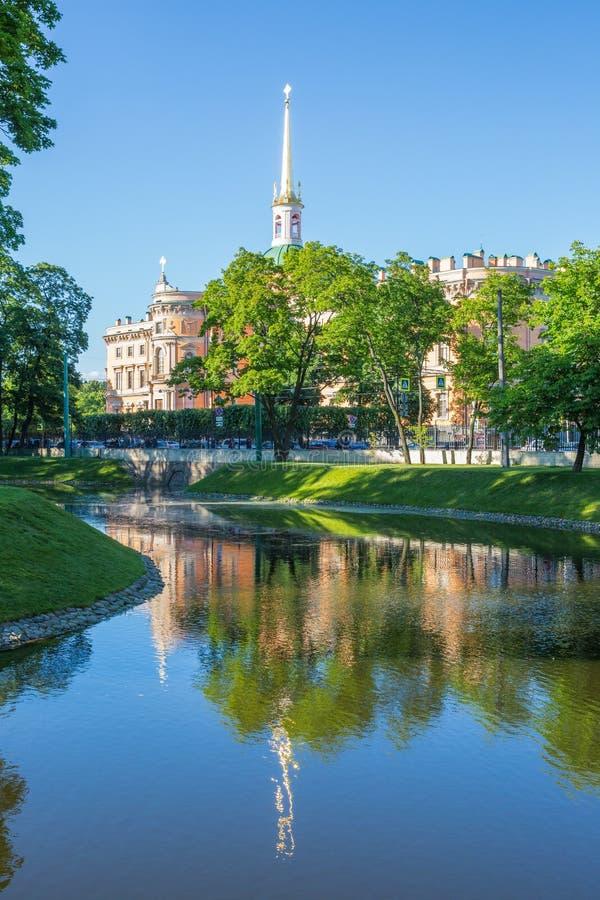 在圣彼德堡,从夏天庭院的看法设计` s城堡 库存照片