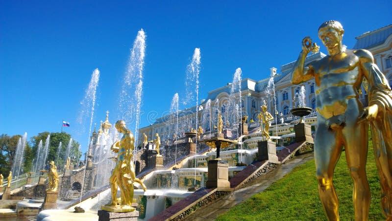 在圣彼德堡- Peterhof的郊区著名喷泉复合体 免版税库存照片