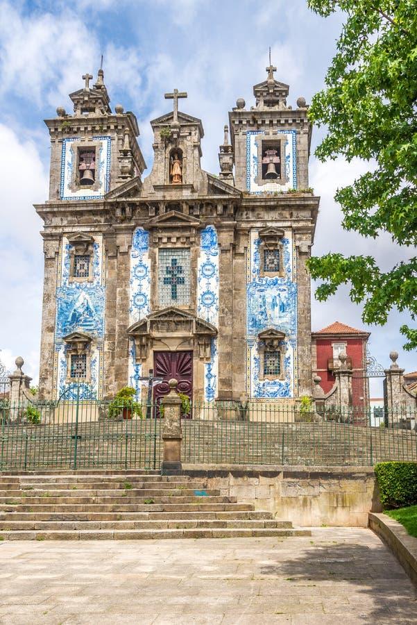 在圣徒伊尔德方索教会的看法有azulejo的在波尔图-葡萄牙装饰了门面 库存图片