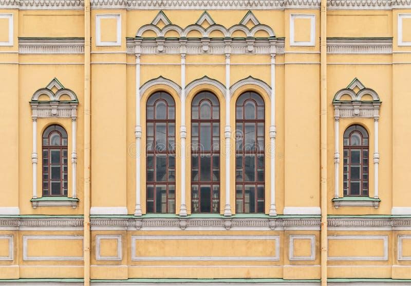 在圣徒伊西多教会的门面的Windows  免版税图库摄影
