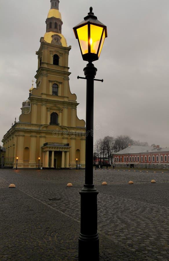 在圣徒彼得和保罗背景的灯笼  彼得斯堡圣徒 免版税库存图片