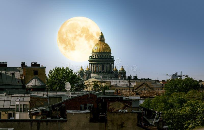 在圣徒以撒的大教堂和市中心d的满月 免版税库存照片