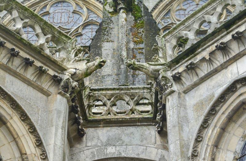 在圣徒Julien大教堂的墙壁上的两个面貌古怪的人勒芒的 免版税库存照片