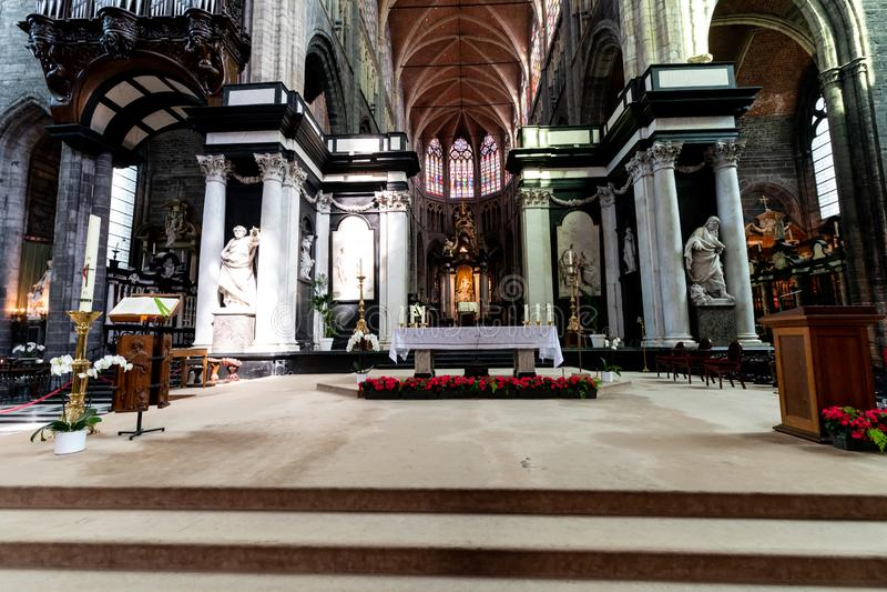 在圣徒Michaels教会里面在绅士的中心在Belgiu 免版税库存照片