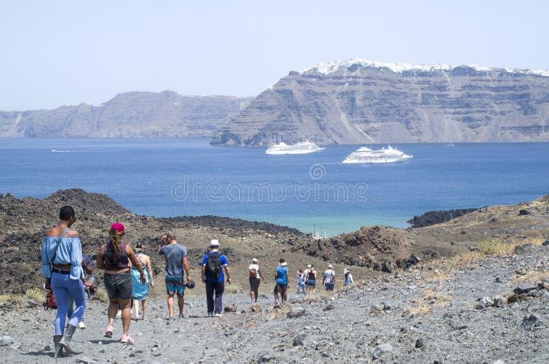 在圣托里尼之间海岛的两艘大白色客船  免版税库存图片