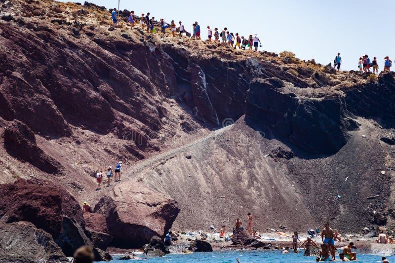在圣托里尼希腊海岛上的美丽的红色海滩  库存图片