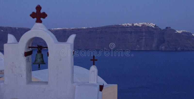 在圣托里尼海岛上的希腊教会 免版税图库摄影