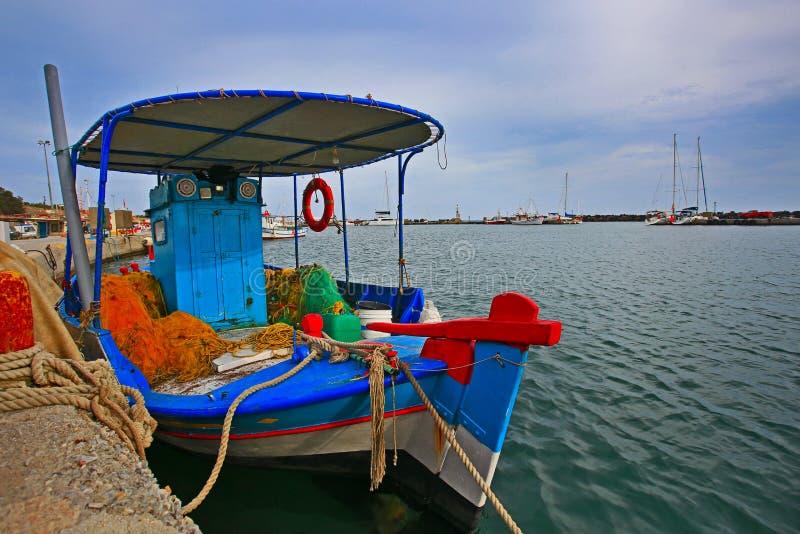 在圣托里尼海岛上的海附近停放的希腊渔船逗留 免版税库存照片