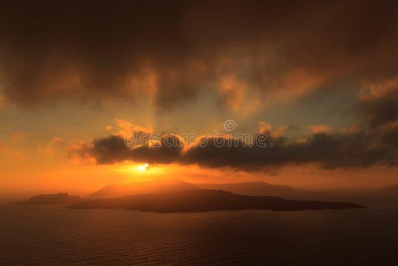 在圣托里尼海岛的日落有对破火山口,卡美尼岛的看法 库存照片