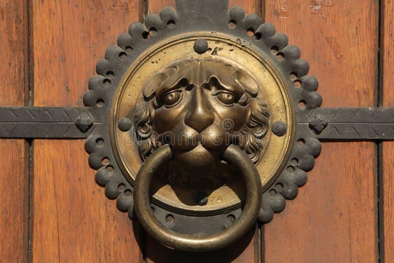 在圣托马斯教会(Thomaskirche)的门的敲门人在莱比锡, 库存图片