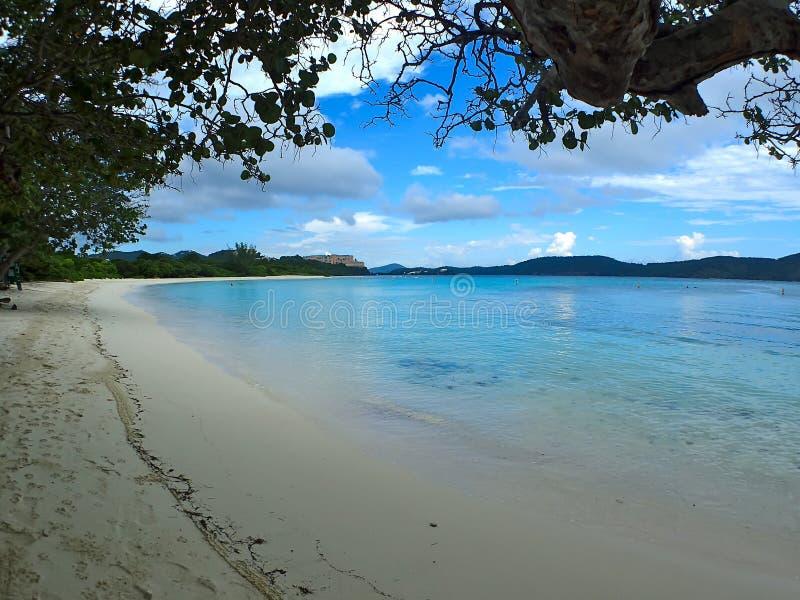 在圣托马斯美国维尔京群岛的热带海滩 图库摄影