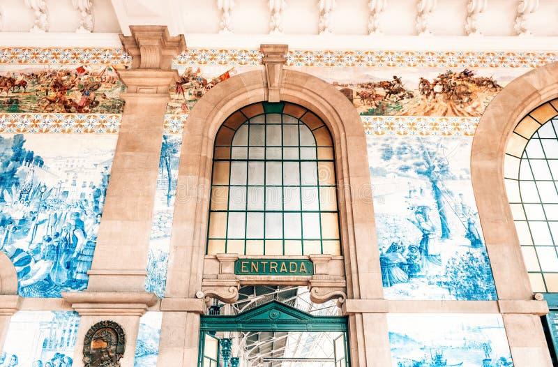 在圣本托火车站主要大厅的入口在波尔图,葡萄牙 免版税库存图片