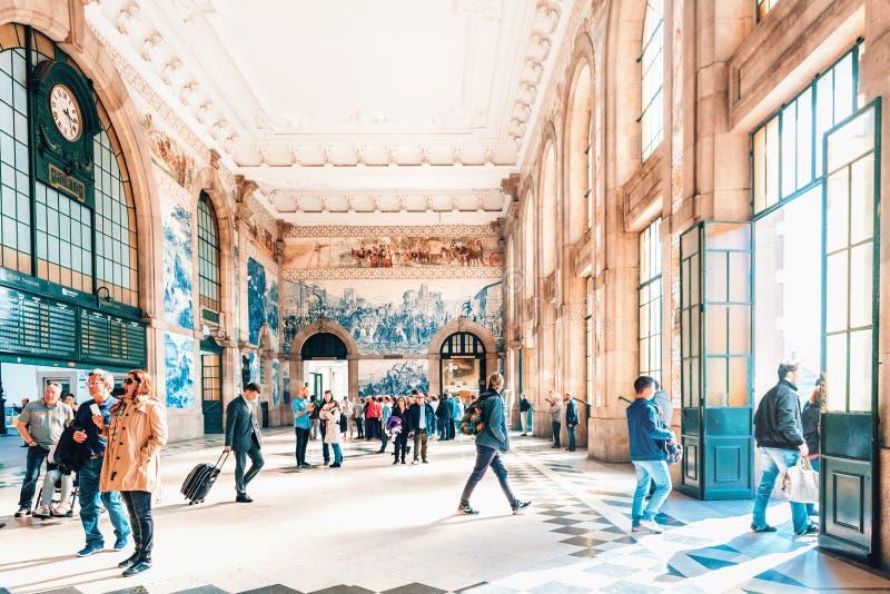 在圣本托火车站里面主要大厅的人们在波尔图,葡萄牙 免版税图库摄影