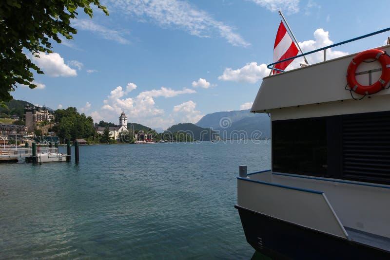 在圣沃尔夫冈的看法有Wolfgangsee湖的 免版税库存照片