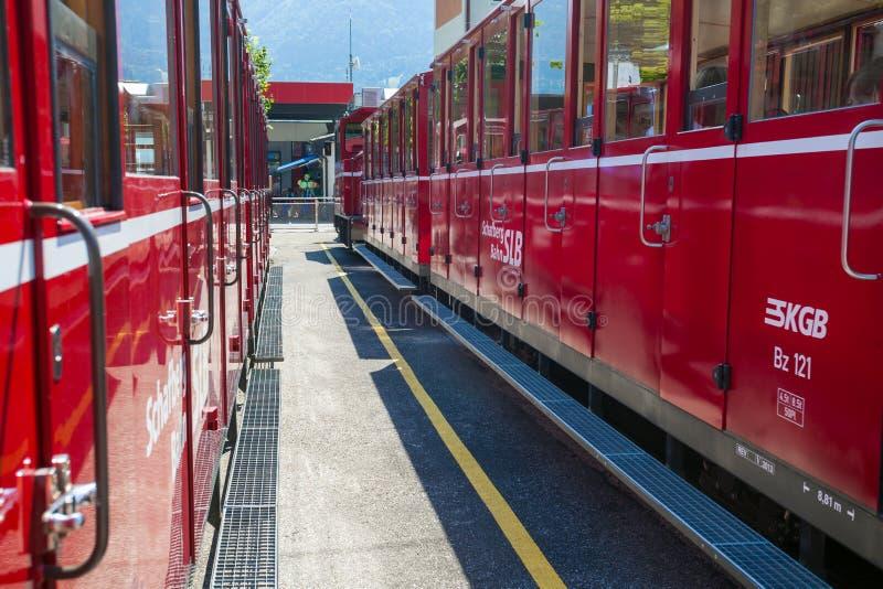 在圣沃尔夫冈驻地的红色旅游铁货车 免版税图库摄影