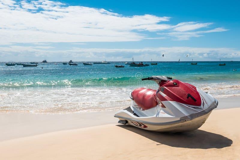 在圣玛丽亚海滩的喷气机滑雪在婆罗双树佛得角- Cabo Verde 库存图片
