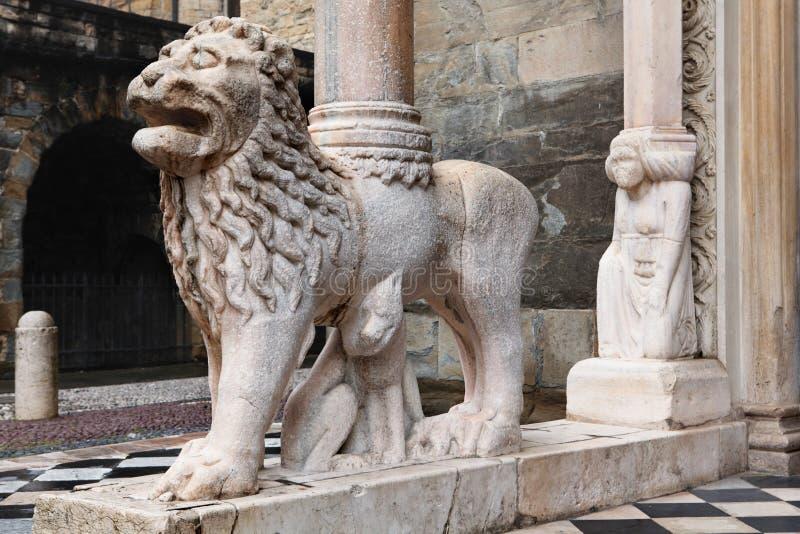 在圣玛丽亚Maggiore大教堂的门廊的狮子在贝加莫,意大利 免版税库存图片
