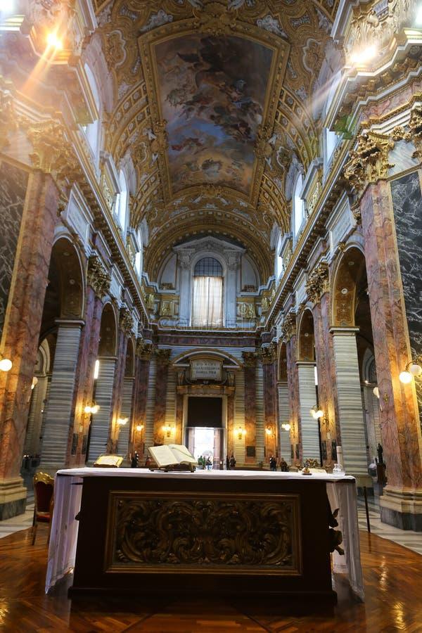 在圣玛丽罗马少校里面-大教堂的法坛  库存照片