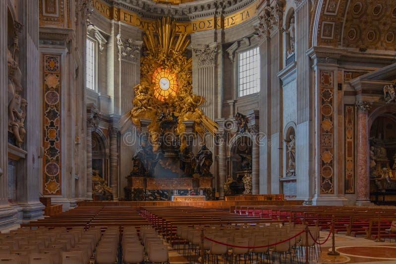 在圣皮特圣徒・彼得,梵蒂冈,罗马,意大利大教堂d大教堂的法坛  免版税库存照片