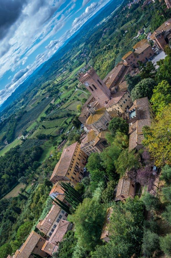 在圣米尼亚托的鸟瞰图有中央寺院大教堂和乡下的 比萨,托斯卡纳意大利欧洲 免版税库存照片